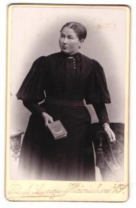 Fotografie Paul Lange, Hainichen i. S., Portrait wunderschönes Fräulein im schwarzen Kleid mit Zierknöpfen