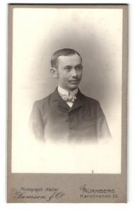 Fotografie Samson & Co., Nürnberg, Portrait junger Mann in Anzug mit Fliege