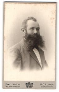 Fotografie Karl Lützel, München, Portrait bürgerlicher Herr mit Vollbart im Anzug
