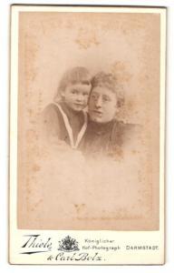 Fotografie Thiele & Carl Bolz, Darmstadt, Portrait stolze Mutter mit Kind auf dem Arm
