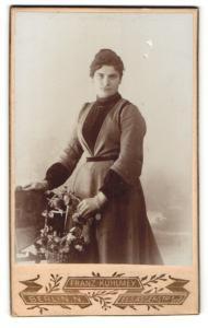 Fotografie Franz Kuhlmey, Berlin-N, Portrait junge Dame im eleganten Kleid mit Blumenkorb