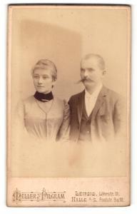 Fotografie Müller Pilgram, Leipzig, Halle a / S., Portrait bürgerliches Paar in eleganter Kleidung