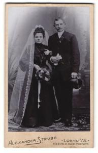 Fotografie Alexander Strube, Löbau i / S., Portrait bürgerliches Paar in hübscher Hochzeitskleidung