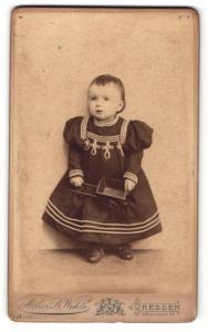 Fotografie B. Wehle, Dresden, Portrait Kleinkind mit Spielzeugkarre