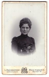 Fotografie L. Hermestroff, Metz, Portrait bezaubernde Schönheit mit Schleife und Schnalle an der Bluse