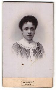 Fotografie Winter, Wien, Portrait dunkelhaariges Fräulein mit Stickerei am Blusenkragen