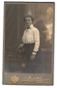 Fotografie E. Rudolph, Hof, Portrait hübsche Dame in weisser Bluse und dunklem Rock