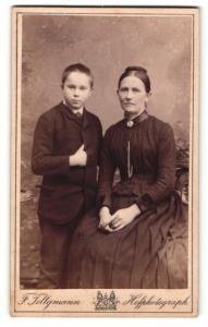Fotografie F. Tellgmann, Eschwege, Portrait dunkelhaarige Mutter mit frechem Buben im Anzug