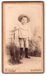 Fotografie W. Kabisch, Kötzschenbroda, Portrait niedlicher Bube mit Strohhut