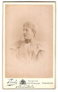 Fotografie Thiele & Carl Bolz, Darmstadt, Portrait blonde Dame in prachtvoll bestickter Bluse