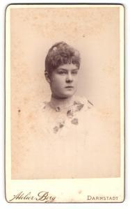 Fotografie Atelier Berg, Darmstadt, Portrait brünette junge Schönheit mit Blume im hochgestecktem Haar