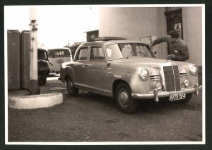 Fotografie Fotograf unbekannt, Ansicht Solingen, Auto Mercedes Benz an der Tankstelle August Esser Merscheider Str. 99
