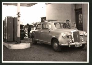 Fotografie Fotograf unbekannt, Ansicht Solingen, Merscheider Str. 99, Auto Mercedes Benz an der Tankstelle von A. Esser