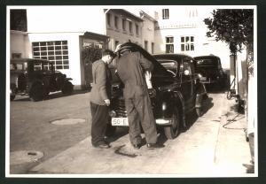 Fotografie Fotograf unbekannt, Ansicht Solingen, Merscheider Str. 99, Auto Opel, Tankwart der Tankstelle August Esser