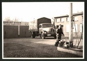 Fotografie Fotograf unbekannt, Ansicht Solingen, Merscheider Str. 99, Lastwagen Magirus-Deutz an der Tankstelle Esser