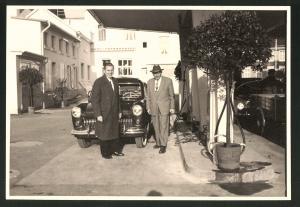 Fotografie Fotograf unbekannt, Ansicht Solingen, Merscheider Str. 99, Auto Ford Taunus an d. Tankstelle von August Esser
