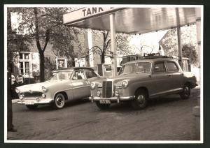 Fotografie Fotograf unbekannt, Ansicht Solingen, Merscheider Str. 99, Auto Simca & Mercedes Benz an der Tankstelle Esser