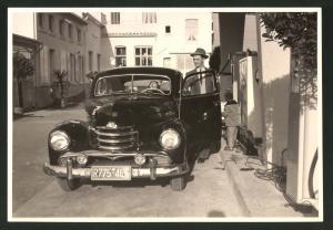 Fotografie Fotograf unbekannt, Ansicht Solingen, Merscheider Str. 99, Auto Opel Kapitän an der Tankstelle von A. Esser