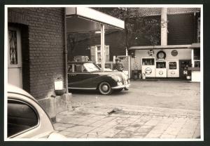 Fotografie Fotograf unbekannt, Ansicht Solingen, Merscheider Str. 99, Tankstelle Esser, Auto Mercedes Benz 300 Adenauer