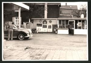 Fotografie Fotograf unbekannt, Ansicht Solingen, Tankstelle Esser, Merscheider Str. 99, Auto Mercedes Benz 300 Adenauer
