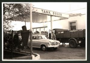 Fotografie Fotograf unbekannt, Ansicht Solingen, Tankstelle Esser, Merscheider Str. 99, Auto Borgward & Lastwagen
