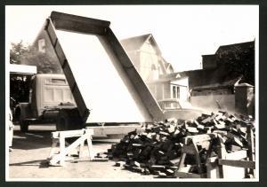 Fotografie Fotograf unbekannt, Ansicht Solingen, Merscheider Str. 99, Lastwagen Kipper, Baustelle Öllager August Esser
