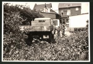 Fotografie Fotograf unbekannt, Ansicht Solingen, Merscheider Str. 99, Baustelle Öllager August Esser, Lastwagen Henschel