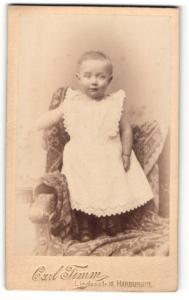 Fotografie Carl Timm, Harburg a. E., Portrait niedliches Kleinkind im weissen Kleidchen