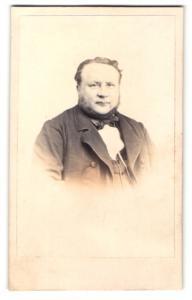 Fotografie Robert Wallich, Berlin, Portrait Herr mit Backenbart im Anzug mit Fliege