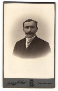 Fotografie Arthur Mathaus, Charlottenburg, Eleganter Herr mit Schnauzbart
