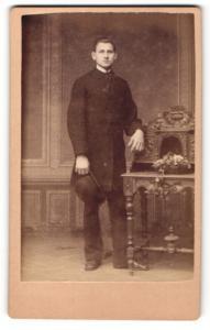 Fotografie Hermann Ramm, Magdeburg, Junger Mann im Mantel mit Melone
