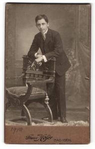 Fotografie Franz Hofer, Bad Ischl, Mann auf Stuhl gelehnt