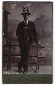 Fotografie Franz Hofer, Bad-Ischl, Mann mit auffälligem Hut