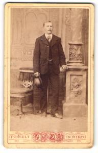 Fotografie Karl Posselt, Ried, Mann im Anzug mit Melone in der Hand