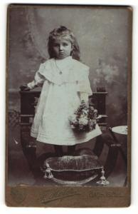 Fotografie Franz Hofer, Bad Ischl, Mädchen im weissen Kleid mit Strauss