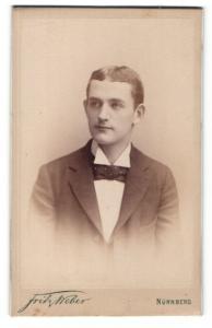 Fotografie Fritz Weber, Nürnberg, Portrait junger Mann mit Querbinder