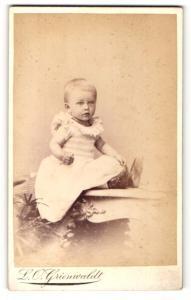 Fotografie L. O. Grienwaldt, Bremen, Portrait Kleinkind in Kleid