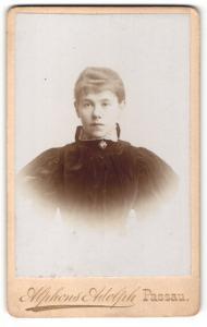 Fotografie Alphons Adolph, Passau, Portrait junge Frau in zeitgenöss. Kleidung