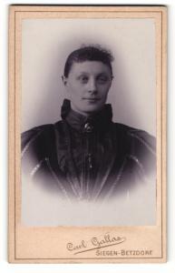 Fotografie Carl Gallas, Siegen-Betzdorf, Portrait junge Frau mit zusammengebundenem Haar