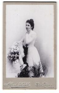 Fotografie Alfred Kahle, Pulsnitz, Portrait dunkelhaarige junge Schönheit mit Blumenstrauss