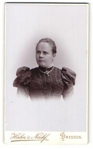 Fotografie Atelier Hahn, Dresden, Portrait wunderschöne junge Frau in elegant bestickter Bluse