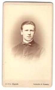 Fotografie L. Allgeyer, Karlsruhe, Portrait charmant blickender junger Mann im Jackett