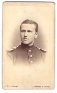 Fotografie L. Allgeyer, Karlsruhe, Portrait stattlicher junger Soldat in interessanter Uniform