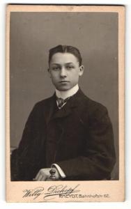Fotografie Willy Dickopf, Rheydt, Portrait junger Herr mit Krawatte im Anzug
