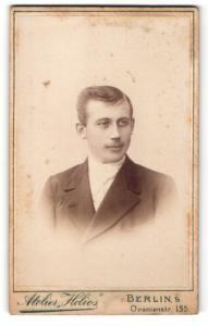 Fotografie Atelier Helios, Berlin, Portrait junger Herr mit zeitgenöss. Frisur
