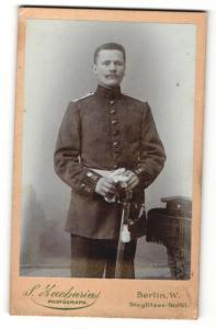 Fotografie S. Zacharias, Berlin, Portrait stattlicher Soldat in eleganter Uniform