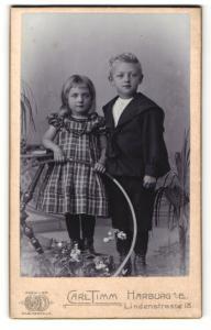 Fotografie Carl Timm, Harburg a. E., Portrait bezauberndes Kinderpaar mit Reifen