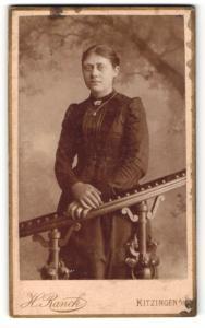 Fotografie H. Ranck, Kitzingen a. M., Portrait dunkelhaariges Fräulein mit Brosche und Halskette