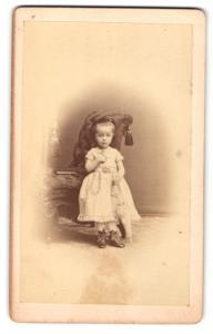 Fotografie F. herrfurth, Merseburg, Portrait bezauberndes Mädchen mit Schirm im Kleid