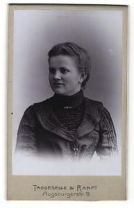 Fotografie Taggeselle & Ranft, Dresden-Striesen, Portrait junge Frau mit zusammengebundenem Haar